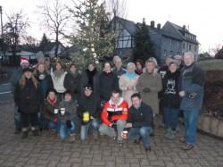 Dorfgemeinschaft Epgert beim Aufstellen des Weihnachtsbaumes