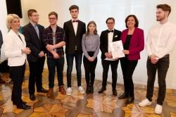 Der Jugendgemeinderat Krunkel bei der Preisübergabe im Jugend-Engagement-Wettbewerbs mit Ministerpräsidentin Malu Dreyer und Dr. Brigitte Mohn, Vorstandsmitglied der Bertelsmann Stiftung.